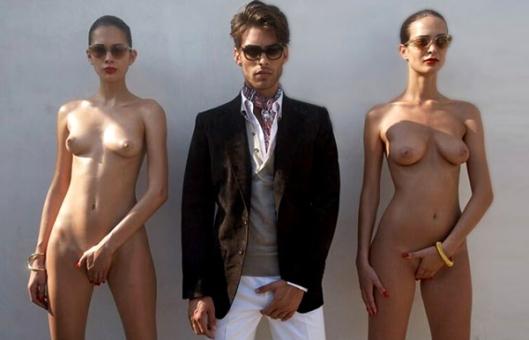 O homem está elegantemente vestido, pois é um macho trabalhador e de vital importância para a sociedade. Enquanto isso, as mulheres estão sem roupa. Afinal, qual é mesmo o papel delas na sociedade?